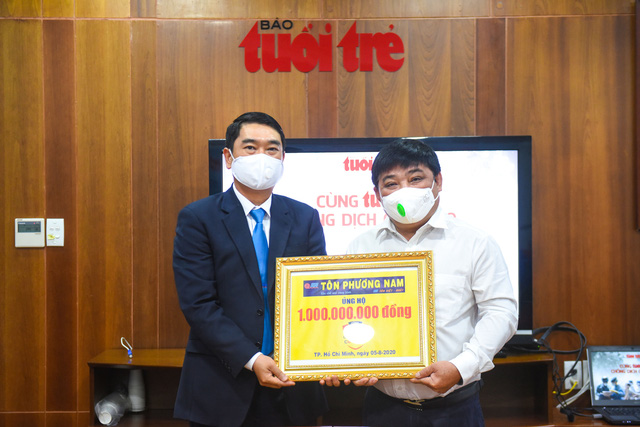 Ông Lê Việt - phó tổng giám đốc thứ nhất Công ty Tôn Phương Nam - SSSC Tôn Việt Nhật (trái) - trao bảng tượng trưng